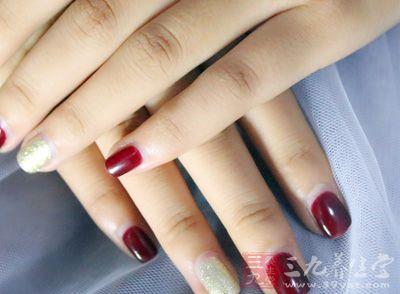 身体健康的人手指甲一般都是光洁,平滑,半透明的
