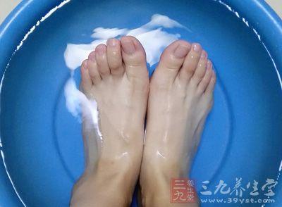 夏季泡脚还可以促进血液循环