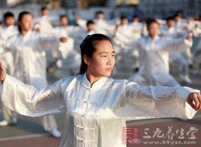 河南省焦作市温县新宇高中学生在体育课上打太极拳