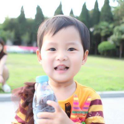小孩吃糖可爱照片