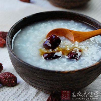 将糯米和红枣淘洗干净,用水浸泡半个小时