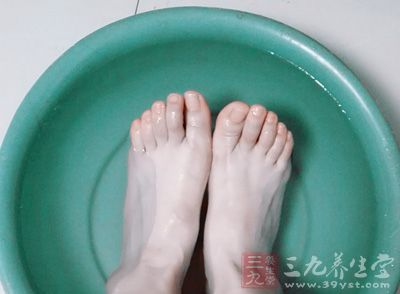 如果我们常以温水泡脚,可促进新陈代谢