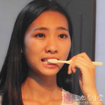 首先,要时时刻刻保持口腔卫生,睡前记得刷牙