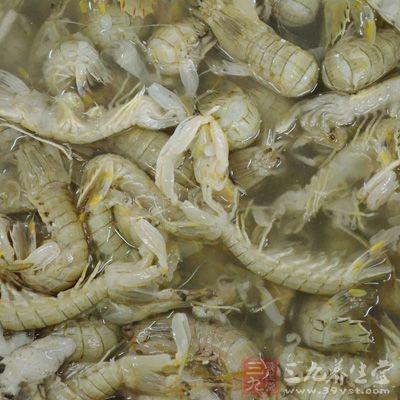 竹荪6根、新鲜基围虾10只、海带8个、北豆腐100克、生菜1棵,食盐适量