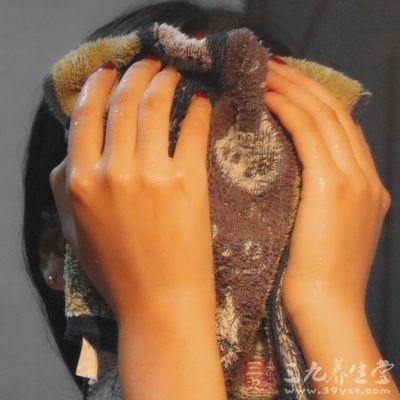 热毛巾敷脸的时间控制在五分钟左右就可以了