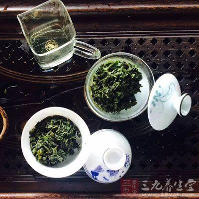 饭后喝浓茶,大量的水进入胃中会冲淡胃所分泌的消化液,影响胃的消化