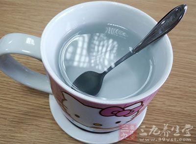 在计算机旁放一杯热水以减轻眼睛不适的情形