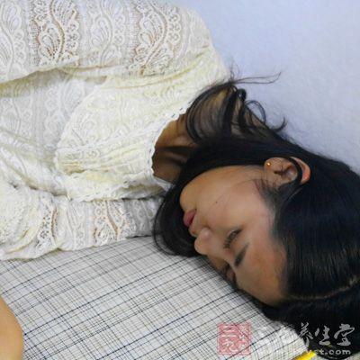 除了引发感冒、头疼,湿发入睡还有可能导致脱发、长头虱等,不美丽、不卫生也不健康