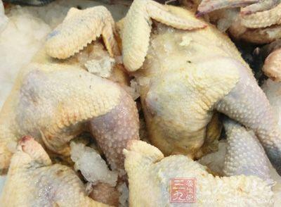 土鸡1只、植物油、葱段3根、八角3个、桂皮2根、盐、冰糖、鸡粉、料酒、姜汁、老抽
