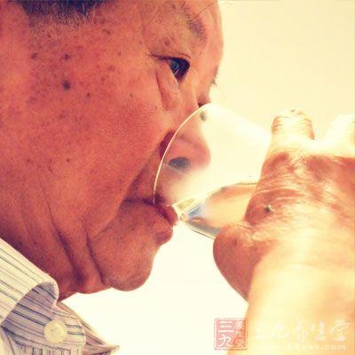 用完午餐半小时后,喝一些水