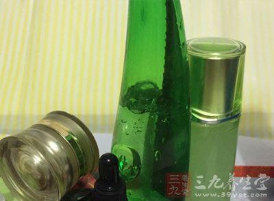 爽肤水它主要作用就在于再次清洁以恢复肌肤表面的酸碱值
