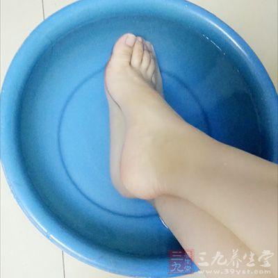 孕妇应选择热水泡脚,不需要添加其他的物质