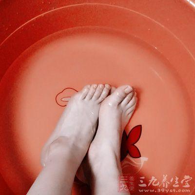用热水泡脚本身就有利于血液循环,对人体健康有益,还可预防疾病的侵袭