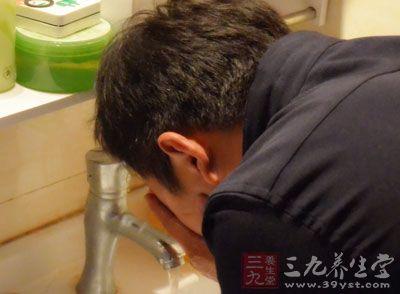 会很多男性太懒人,他们每天不洗脸就开始睡觉了。