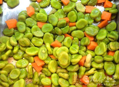 蚕豆500克,红糖适量。将蚕豆用水浸泡后