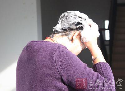 方法:每次洗头,加入一勺盐,既可以防治脱发、头发断裂等问题
