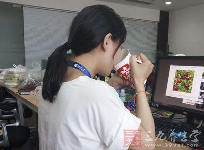 年轻女孩月经期喝点红糖水,可有效缓解腹部的坠胀感和不适感