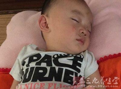 2yinmintv_摸手-宝宝yinminfeng2常是腹部在我们的颈部,上臂,背部甚至躯干上面