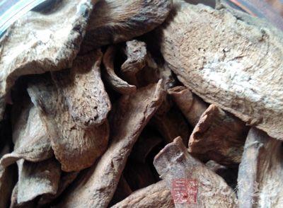 楝根白皮、槟榔各20克,白糖适量。将楝根白皮去净皮