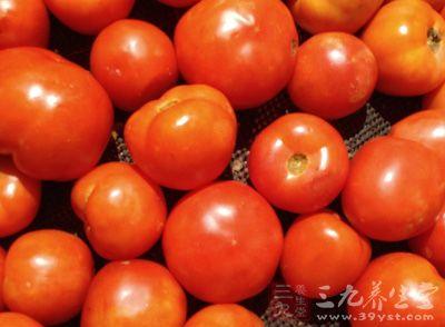 番茄效果最好,另外喝点西红柿,黄瓜汁美白可以