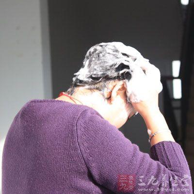 在洗头发的时候不妨在洗发水里面适量的添点食醋