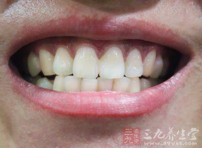 同时以舌尖在牙齿的内外上下进行按摩1至2分钟