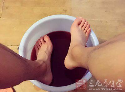 泡脚水里加它70岁老人30岁肾