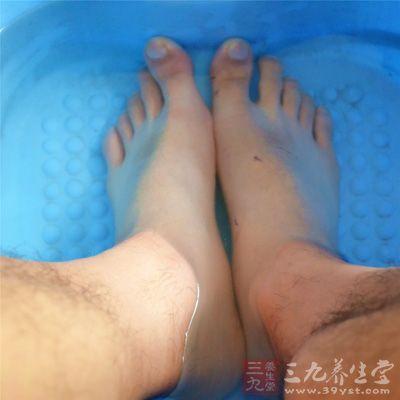 热水足浴可以改善足部血液循环