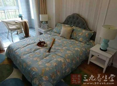 卧者可以自床上看见卧室的门与窗
