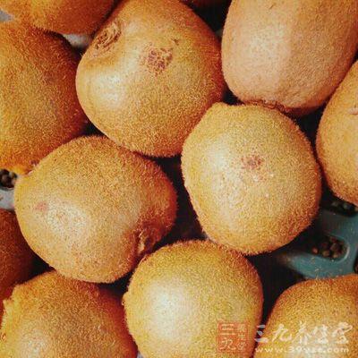 猕猴桃中的维生素C能有效抑制皮肤内多巴醌的氧化作用
