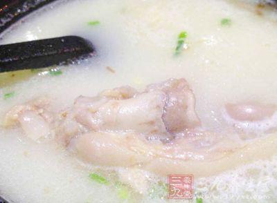 很多人家里往往就会熬上一大锅的骨头汤