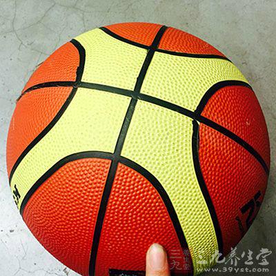 打篮球能够提高团队的配合能力