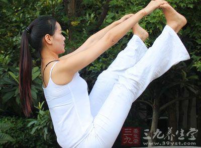 通过练习流瑜伽可以获得力量与柔韧之间的平衡,协调全身肌肉,稳定骨骼