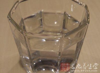 先饮一大杯淡盐开水,稀释乳汁