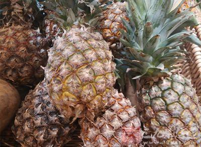 菠萝这样的热带水果特别适合做水果奶昔