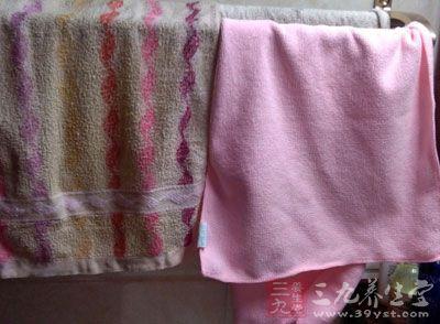若按摩时出汗大多,应用毛巾擦干后再按摩