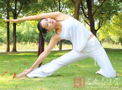 换另外一侧做同样动作 减肥瘦身瑜伽视频 15分钟晨起瘦身瑜伽 生活常识