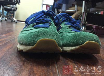 网球鞋必须具有一定的弹性,能缓冲脚部的压力