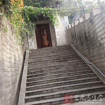 踮着脚尖走楼梯,可以使血压平稳,而且精神饱满