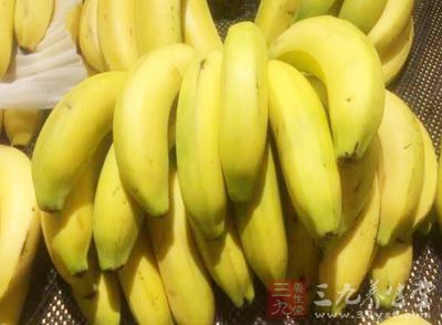 一边喝醋一边还可以吃香蕉,有利于加速脂肪消耗