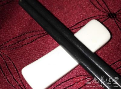 应先用公筷将菜肴夹到自己的碟盘中,然后再用自己的筷子慢慢食用