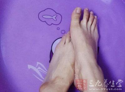 这类人群用热水泡脚寿命减10年(1)