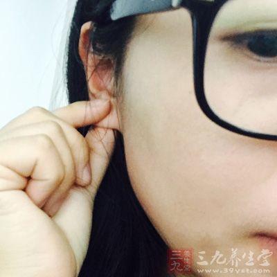 对耳朵进行按揉便是一个极好的助眠方法