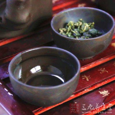 由主人家的小辈手捧茶杯,敬献给宾客