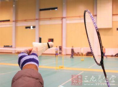 如果你擅长杀球,就适当的放一两个网前再杀