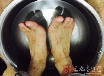 以温水泡脚,可促进新陈代谢