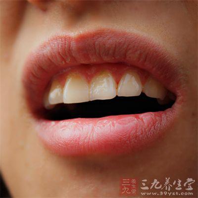 口微微合上,这次舌头不在牙齿外边,而在口腔里
