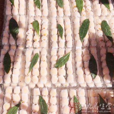 枇杷因含多酚类成分,剥皮以后尽快吃掉