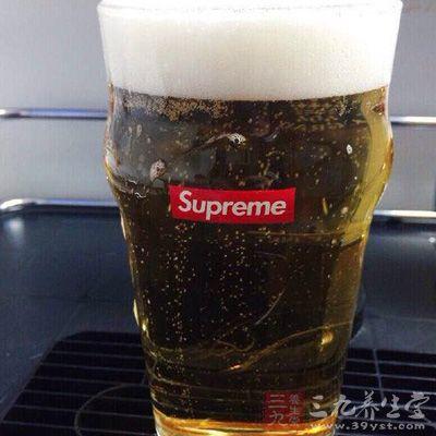 无限制地大量喝啤酒,会使尿酸沉积导致肾小管阻塞,造成肾脏衰竭