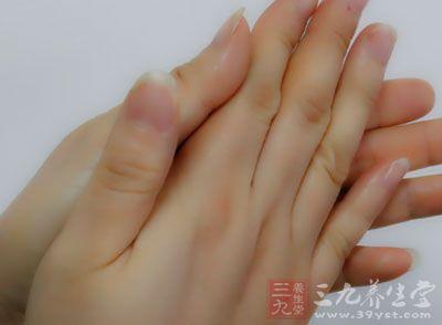 搓热双手,从额部经颞部沿耳前抹至下颌